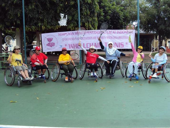 Dari kanan ke kiri: Mbak Retno, Sopi, Ibu Yuni, Aya, Ibu Tuti, Sunarti, Irna Novita