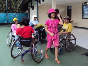 Gina Putri Mbak Retno yang Selalu Siap Membantu Mamanya dan para Atlet